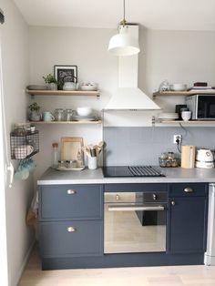 www.homebymarie.com cuisine rénovée avec les peintures Farrow and Ball Strong White sur les murs et Railings sur les meubles