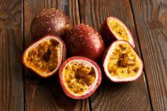 Unter den tropischen Früchten hat die Maracuja einen sehr guten Ruf und das völlig zurecht. Die Frucht hat nur wenig Kalorien, dafür aber sehr viele gesunde Vitamine. Das Öl, was aus den Kernen der Frucht gepresst wird, gilt als ein gesunder Allrounder und die Maracujaöl Anwendung reicht von der Küche bis zur Kosmetik. Die vielseitige Maracujaöl Anwendung hat sich auch in Europa herumgesprochen, denn die vielen Funktionen machen das tropische Öl aus der Maracuja sehr attraktiv. Das Öl wird… Tacos, Mexican, Eggs, Breakfast, Ethnic Recipes, Food, Europe, Health, Food Food