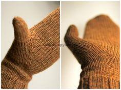 Вязаные спицами варежки с индийским клином большого пальца