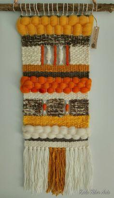 Tapiz de pared tejida hecho a mano.  Hecho con 100% de lana natural, lana itinerante, hilo de algodón y madera.  Dimensiones (aproximadamente)  Longitud del tejido: 54cm (21.5 pulg.), longitud total (de palo de madera incluyendo flecos) 81cm (31,5 in) Ancho: 30cm (11,5 pulg.)  Palo de madera: 46cm