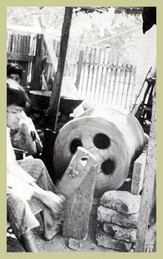 Frog Drums & thier importance in Karen Culture - L'Asie Exotique Vietnam War, Art Market, Drums, It Cast, Culture, Traditional, Antiques, Exotic, Asia