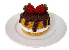 Crocheted Cake with Chocolate and Strawberries - free amigurumi crochet pattern Crochet Cake, Crochet Food, Crochet Crafts, Yarn Crafts, Crochet Projects, Free Crochet, Pretend Food, Play Food, Cupcakes