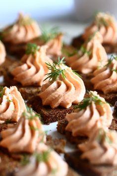 Helppo ja herkullinen lohimousse - Suklaapossu Finger Foods, Pasta Salad, Ethnic Recipes, Drinks, Crab Pasta Salad, Beverages, Cold Noodle Salads, Drink, Finger Food