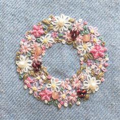 いいね!1,176件、コメント27件 ― 【atelier Ao】 Mayuさん(@atelier.ao)のInstagramアカウント: 「桃色の花輪を作りました。 #桃色 #blooms #embroidery#刺繍 #花桃 #DMCembroidery #embroideryart #花輪#手芸 #interior #em_hm…」