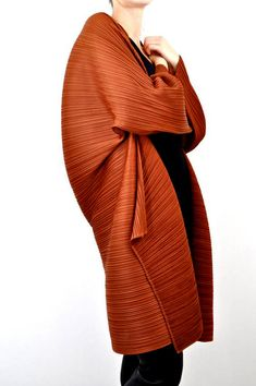 Pleats Issey Miyake Pleated Avant-Garde Copper Jacket from the Issey Miyake, Tienda Fashion, Japanese Fashion Designers, Quoi Porter, Cerise Pink, Cocoon Cardigan, Jet Set, Wearable Art, Textiles