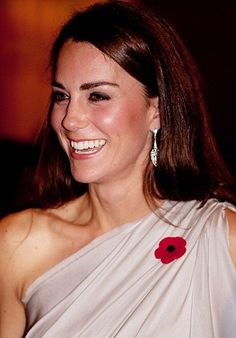 The Duchess looked glamorous in her Grecian style dress, coupled with her all-important poppy on November 10th, 2011. She also added some sparkle with some bold drop earrings. Princesa Kate, Style Kate Middleton, Duchesse Kate, Princesse Kate Middleton, Prince William Et Kate, Grecian Gown, The Duchess, Prinz William, Princess Charlotte
