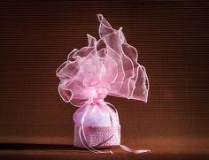 ΜΠΟΜΠΟΝΙΕΡΑ ΨΑΘΑΚΙ  KLJ047022  Μπομπονιέρα γάμου-βάπτισης από καταπληκτική ροζ οργάντζα δεμένη με κορδελίτσα στον ίδιο τόνο μέσα σε ένα ροζ ψάθινο κουτάκι. Διαθέσιμα χρώματα:ροζ.λευκό και ιβουάρ