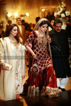 Traditional Look Pakistani Bridal Gharara Collection – Designers Outfits Collection Pakistani Bridal Jewelry, Pakistani Wedding Outfits, Bridal Outfits, Pakistani Dresses, Indian Dresses, Indian Outfits, Eid Outfits, Eid Dresses, Pakistani Gharara