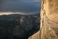 Expert rock climber Alex Honnold takes a break on Thank God Ledge, 200 feet below the summit of Yosemite National Park's famous Half Dome. Image: Alex Honnold at Yosemite National Park (© Tim Kemple) Top Photos, Scary Photos, Wall Photos, Escalade, Yosemite Valley, Yosemite California, Yosemite Mountains, Nevada California, Valley California
