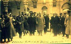 Onur OKUR  Atatürk Edirme Selimiye Camisi'ni gezerken... 23.12.1930  Caminin giriş kapısının üstündeki kitabeyi inceleyen Atatürk, orada yazılı olan Ayeti okumuş ve caminin imamı Fereli Ahmet Efendi'ye bu ayetin anlamını sormuştur.  devamı için tıklayın  https://www.facebook.com/gercekbirvatansever/photos/pb.436763769810653.-2207520000.1430724386./441733422647021/?type=3&theater