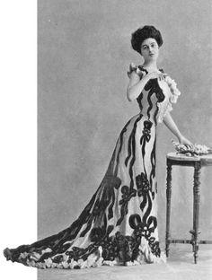 Dinner dress by Blanche Lebouvier, Les Modes September 1901. Photo by Reutlinger.