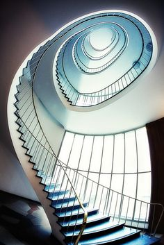 Amazing spiral effect cool stuff лестница, винтовые лестницы Beautiful Stairs, Beautiful Buildings, Beautiful Things, Grand Staircase, Staircase Design, Amazing Architecture, Interior Architecture, Staircase Architecture, Building Architecture