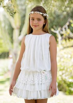 The dress is so exquisite but looks simple at first glance! Arras y classic Little Girl Fashion, Little Girl Dresses, Kids Fashion, Girls Dresses, Flower Girl Dresses, Baby Clothes Patterns, Dress Patterns, The Dress, Baby Dress