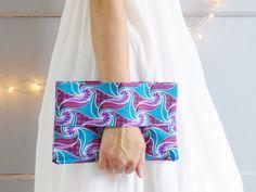 Pochette ethnique tissu wax africain bleu et rose, portefeuille, compartiments, sac à main, pochette avec dragonne, bohème, sac tissu wax de la boutique mylmelo sur Etsy