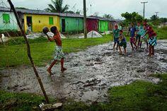 Esta fotografía del autor Alagoas Penedo, se puede denotar como los niños brasileños juegan fútbol a pesar de la lluvia.