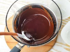 Chocolate is tricky to work with and can easily get clumpy and grainy. Here's how to fix seized chocolate and overheated chocolate. How To Temper Chocolate, Chocolate Work, Chocolate Bowls, Chocolate Candy Melts, Melting White Chocolate, Chocolate Pastry, Chocolate Bundt Cake, Cooking Chocolate, Chocolate Icing