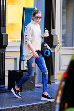 Con jeans rotos