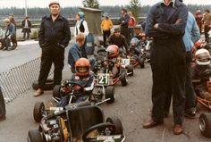 Keimolan mikroautoradalla ajoivat monet tulevaisuuden toivot 70-luvun alussa. Tässä joukossa jossain esimerkiksi Mikat Häkkinen ja Salo, vaikka valokuvan ottanut Sven Nordblad kuvasikin lähinnä omaa poikaansa Pasia.