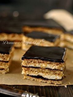 Miodowe ciasto przełożone masą z kaszy manny i powidłami śliwkowymi. Znane również pod nazwą grysikowiec, ciasto czeskie, czy miodownik z...