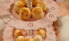 I biscotti al cocco sono uno dei dolci più semplici e veloci da preparare! In poco più di 5 minuti avrete infatti dei deliziosi biscotti senza burro pronti per essere addentati.