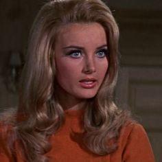 Miss Moneypenny (Barbara Bouchet) Best Beauty Tips, Beauty Hacks, Vintage Hairstyles, Girl Hairstyles, Divas, Barbara Bouchet, Pelo Vintage, 1960s Hair, Actrices Hollywood