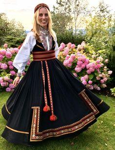 Ekte beltestakk skreddersydd i hjertet av Telemark Traditional Fashion, Traditional Outfits, Spring Outfits Women, Belly Dancers, Costumes, Costume Ideas, Culture, Street Style, Clothes For Women