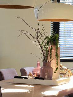 Eettafel Stam met prachtige hanglampen van bamboe