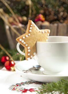 Deze prachtigekerstkoekjes hangen aan je kopje. Heerlijk bij thee, koffie of warme chocolademelk… Maak klassieke zandkoekjes volgens dit recept. Rol het koekjesdeeg uit en steek er vormpjes uit; bijvoorbeeld sterren of kerstboompjes. Snijd vervolgens met een scherp mes een rechthoekige reep uit het koekje, zodat je hem straks over je kopje kunt hangen. Leg de […]