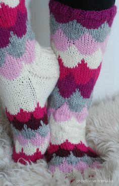 Villasukat matkalaukussa: Pilvenreunalla villasukat. Knitting Charts, Knitting Socks, Baby Knitting, Knitting Patterns, Yarn Projects, Knitting Projects, Diy Crochet, Crochet Baby, Cozy Socks