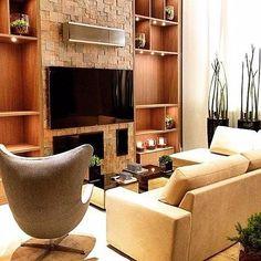 Pé direito alto de aconchego na sala de estar desse projeto da arquiteta Mariana Bottini que combina a madeira e a pedra do @mosarte Fracta Cobre. #villabelarevestimentos #design #decor #arquitetura #acabamento #arquiteto #homeideias #home #construir #reformar  #projeto #mosarte