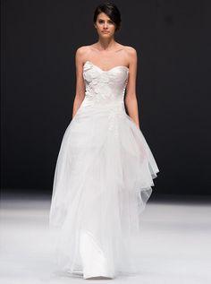アクア・グラツィエがセレクトした、JENNY LEE(ジェニー リー)のウェディングドレス、JLE1523をご紹介いたします。
