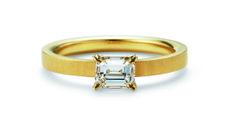 【オレッキオ】エメラルドカットダイヤの透明な輝きとマットゴールドのアームの相性が抜群の婚約指輪 (オレッキオ amanシリーズ ae1302)