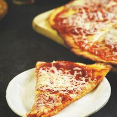 Fat Head pizza is the low-carb keto pizza recipe the entire internet is going crazy over. You can learn how easy low-carb mozzarella dough pizza is to make – even if you don't like to cook! Healthy Bars, Healthy Pizza, Calories Pizza, Nutritional Yeast Recipes, Food Categories, Low Carb Recipes, Food Porn, Food And Drink, Stuffed Peppers