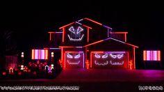 Fantastische Halloween Beleuchtung von Youtuber KJ92508, welcher an seinem Haus vier Kürbisgesichter singen lässt und mit vielen Lichtern Grabsteine, Kürbisse zeigt, die er mit Strobes, Flutlichter, 2 Matrix Boards und tausenden Lichtern grossartig in Szene setzt