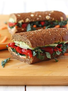 Roasted Red Pepper, Carrot and Hummus Sandwich. A toasted whole wheat baguette layered with hummus, avocado, roasted red peppers, matchstick carrots and generously topped with fresh veggies. Vegan or vegetarian with cheese. High Fibre Lunches, High Fiber Snacks, High Fiber Foods, High Fiber Diet Plan, High Fiber Recipes, High Fiber Dinner, Lunch Recipes, Healthy Dinner Recipes, Vegetarian Recipes