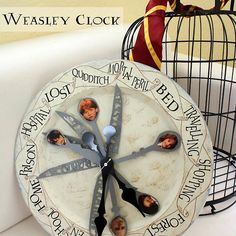 Weasley family clock from the Harry Potter. DIY for book lovers, especially Harry Potter fans Harry Potter Halloween, Deco Noel Harry Potter, Harry Potter Fiesta, Décoration Harry Potter, Harry Potter Thema, Harry Potter Classroom, Harry Potter Bedroom, Harry Potter Birthday, Harry Potter Bathroom Ideas