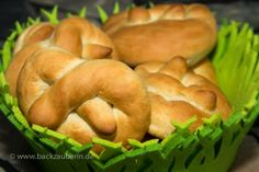 Cranberry-Brezeln/cranberry pretzel. Zum Rezept/Find the recipe here: http://www.backzauberin.de/saisonales/ostern/cranberry-brezeln/