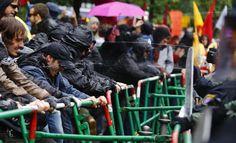 Рат почиње овде: Демонстранти у Франкфурту блокирали европску централну банку - http://www.srbijadanas.net/rat-pocinje-ovde-demonstranti-u-frankfurtu-blokirali-evropsku-centralnu-banku/