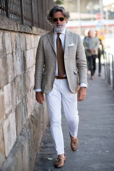 Dapper combo for the summer featuring white trousers no show socks brown tassel loafers white spread collar shirt brown tie cream and brown window pane blazer white cotton pocket square sunglasses Older Mens Fashion, Mens Fashion Suits, Fashion Edgy, Fashion Rings, Fashion Photo, Fashion Ideas, Gentleman Mode, Gentleman Style, Dapper Gentleman