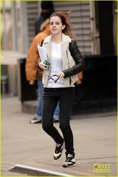 Emma Watson runs across a street before the stoplight changes on Thursday (February 21) in New York City's Lower East Side. The 22-year-old actress headed out… Crediti : Just Jared Instagram : https://www.instagram.com/we.love.emma.watson.crush/ Passate dal nostro gruppo ; https://www.facebook.com/groups/445446642475974/ Twitter : https://twitter.com/GiacomaGs/status/907646326359445509 ? ~EmWatson