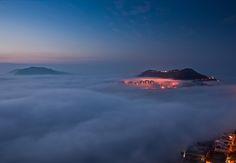Niebla en la bahía de Tam Tai en Hong Kong. Brooksy