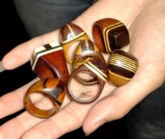 Anéis com trabalhos em marchetaria, criações de Mestre Nezinho