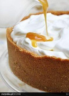 Zobacz zdjęcie Ciasto: 270 g kruchych herbatników 30 g mielonych migdałów 85 g roztopionego masła Masa serowa: 500 g trzykrotnie zmielonego twarogu (waga po zmieleniu) 350 g sera ricotta 175 g cukru trzcinowego 4 jajka 1/4 łyżeczki soli 1 laska wanilii lub 2 łyżeczki cukru waniliowego Masa śmietanowa: 500 ml bardzo zimnej śmietany 36% (lub 250 ml śmietany 36% + 250 ml śmietany 30%) 1 płaska łyżka przesianego cukru pudru Sos karmelowy: 250 ml śmietany 30% 1 szklanka (175 g) cukru trzcinowego…