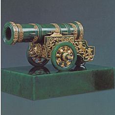 Fabergé Tsar Puska Cannon – A model of the famous 5.3m long cannon of the tsar in green nephrite with gold decoration.