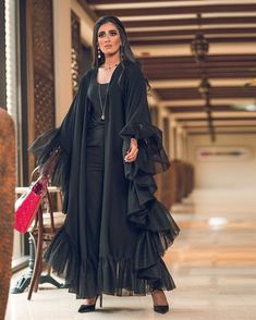 Bild könnte enthalten: 1 Person – Tannaz Arbabha – Join the world of pin Street Hijab Fashion, Abaya Fashion, Fashion Line, Muslim Fashion, Modest Fashion, Fashion Dresses, Fashion Shoot, Mode Abaya, Mode Hijab
