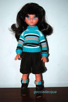 Questa Susanna OOAK con la frangetta indossa un maglione a righe su gonna pantaloni in panno marrone ispirato a 'Place Pigalle': niente calze ma stivali col risvolto coordinato alla maglia