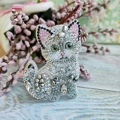 Embroidery On Clothes, Beaded Embroidery, Beaded Jewelry Patterns, Beaded Animals, Beaded Brooch, Button Crafts, Lapel Pins, Jewelery, Creations