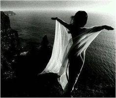 Voar sempre, cansa .....  por isso ela corre  em passo de dança.