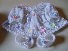 Casaquinho confeccionado em tricô com lã importada dos EUA, própria para bebê; e sapatinho em crochê. Detalhes> crochê na gola, fitas de cetim, rosinhas de cetim na barra e mangas. Cores disponiveis> branco , rosa, lilás, amarelo tamanhos > 0 a 3 / 3 a 6 / 6 a 9  meses. tamanhos acima de 9 meses consulte!! frete por conta do comprador. R$ 120,00