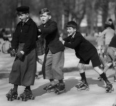 Pierre Jahan - Enfants en patins à roulettes, Jardin du Ranelagh, Paris.